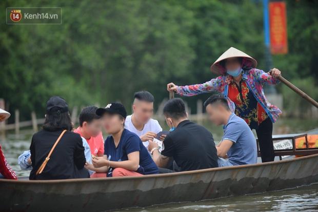 Ảnh: Du khách đi lễ chùa Hương ngang nhiên mở sới bạc trên thuyền - Ảnh 3.