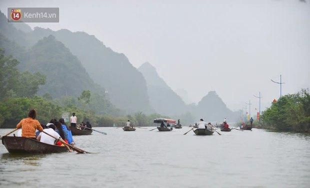 Ảnh: Du khách đi lễ chùa Hương ngang nhiên mở sới bạc trên thuyền - Ảnh 1.