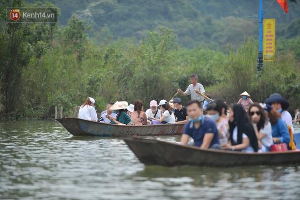 Ảnh: Du khách đi lễ chùa Hương ngang nhiên mở sới bạc trên thuyền - Ảnh 2.