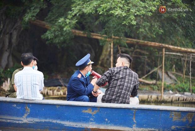Ảnh: Đi lễ chùa Hương đầu năm, nhiều người dân quên đeo khẩu trang dù BTC liên tục dùng loa nhắc nhở - Ảnh 9.