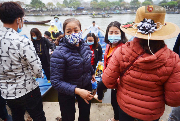 Ảnh: Đi lễ chùa Hương đầu năm, nhiều người dân quên đeo khẩu trang dù BTC liên tục dùng loa nhắc nhở - Ảnh 5.
