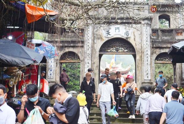 Ảnh: Đi lễ chùa Hương đầu năm, nhiều người dân quên đeo khẩu trang dù BTC liên tục dùng loa nhắc nhở - Ảnh 4.