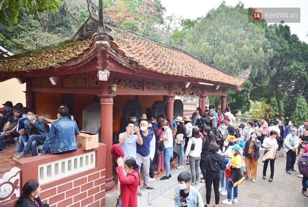 Ảnh: Đi lễ chùa Hương đầu năm, nhiều người dân quên đeo khẩu trang dù BTC liên tục dùng loa nhắc nhở - Ảnh 2.