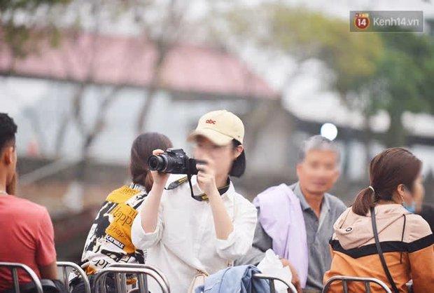 Ảnh: Đi lễ chùa Hương đầu năm, nhiều người dân quên đeo khẩu trang dù BTC liên tục dùng loa nhắc nhở - Ảnh 10.