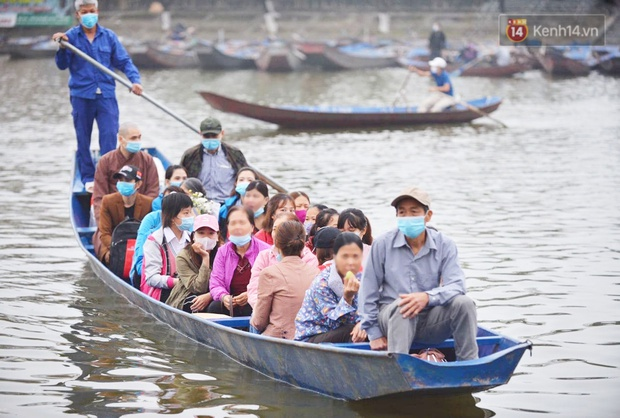 Ảnh: Đi lễ chùa Hương đầu năm, nhiều người dân quên đeo khẩu trang dù BTC liên tục dùng loa nhắc nhở - Ảnh 7.