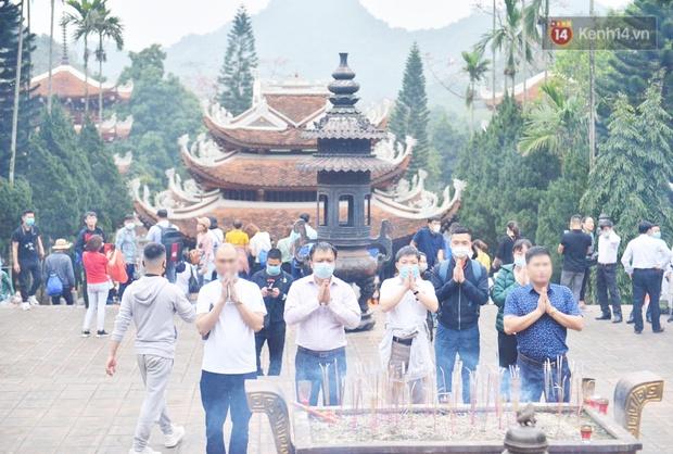Ảnh: Đi lễ chùa Hương đầu năm, nhiều người dân quên đeo khẩu trang dù BTC liên tục dùng loa nhắc nhở - Ảnh 3.