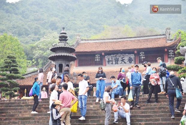 Ảnh: Đi lễ chùa Hương đầu năm, nhiều người dân quên đeo khẩu trang dù BTC liên tục dùng loa nhắc nhở - Ảnh 1.
