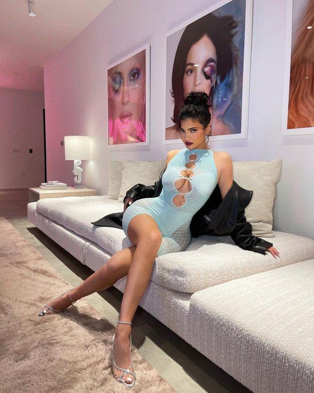 Kylie Jenner vòng 1 như sắp trào ra ngoài chiếc váy mỏng tang gần bật cúc, body phồn thực đến nhức mắt - Ảnh 3.