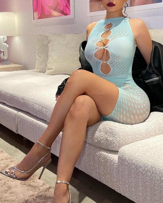 Kylie Jenner vòng 1 như sắp trào ra ngoài chiếc váy mỏng tang gần bật cúc, body phồn thực đến nhức mắt - Ảnh 4.