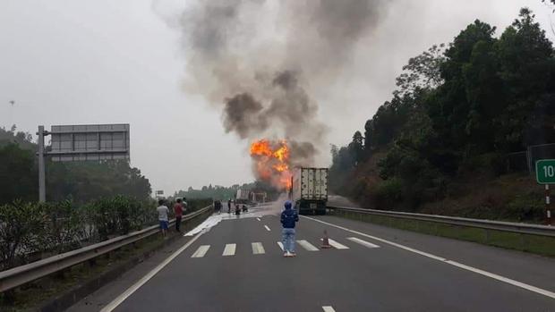 Xe đầu kéo bốc cháy trơ khung trên cao tốc Nội Bài - Lào Cai - Ảnh 1.