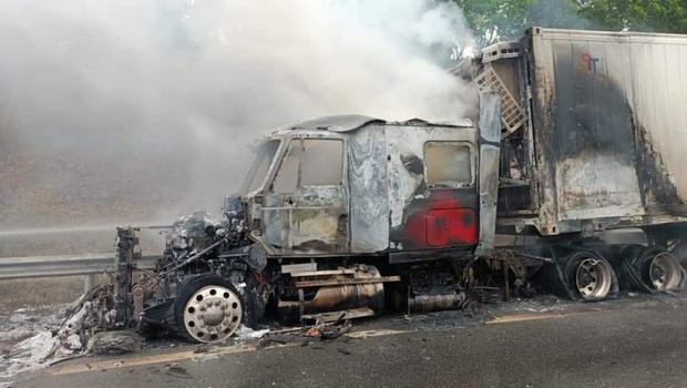 Xe đầu kéo bốc cháy trơ khung trên cao tốc Nội Bài - Lào Cai - Ảnh 2.