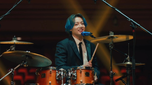 Jungkook đứng 1 mình giữa nhiều hàng ghế, hoá tay trống điển trai nổi bật nhất BTS làm fan tưởng ảnh ghép vì đẹp như một giấc mơ - Ảnh 4.