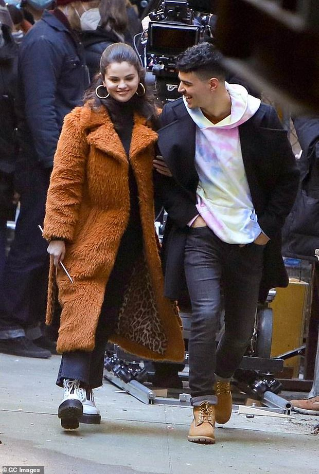 Sau 3 năm chia tay Justin Bieber, Selena Gomez hẹn hò bạn diễn cực phẩm? - Ảnh 5.