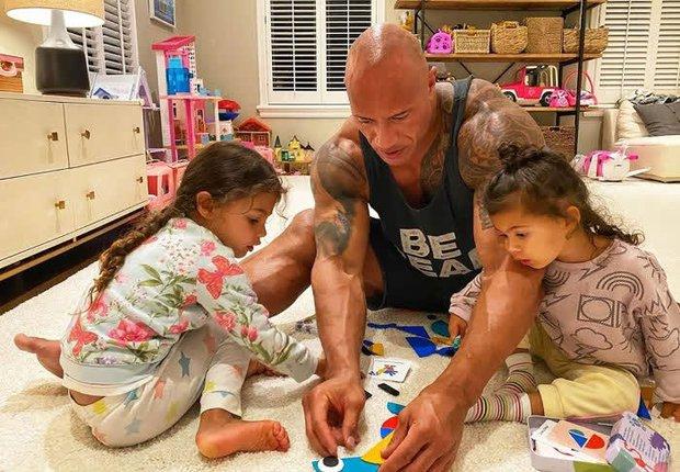The Rock khủng bố nhất Hollywood hoá bố bỉm bánh bèo: Làm nail, tóc free, o ép body lực lưỡng để ngồi thưởng trà với con gái - Ảnh 2.