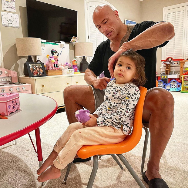 The Rock khủng bố nhất Hollywood hoá bố bỉm bánh bèo: Làm nail, tóc free, o ép body lực lưỡng để ngồi thưởng trà với con gái - Ảnh 3.