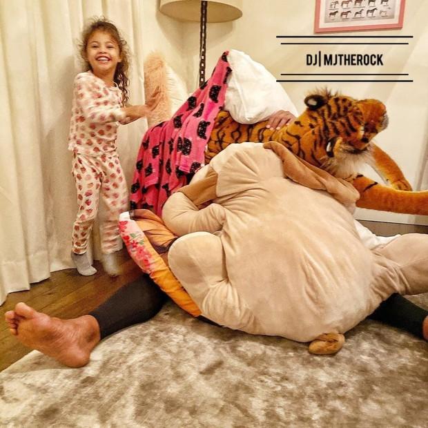 The Rock khủng bố nhất Hollywood hoá bố bỉm bánh bèo: Làm nail, tóc free, o ép body lực lưỡng để ngồi thưởng trà với con gái - Ảnh 4.