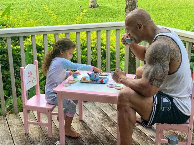 The Rock khủng bố nhất Hollywood hoá bố bỉm bánh bèo: Làm nail, tóc free, o ép body lực lưỡng để ngồi thưởng trà với con gái - Ảnh 6.