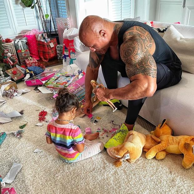 The Rock khủng bố nhất Hollywood hoá bố bỉm bánh bèo: Làm nail, tóc free, o ép body lực lưỡng để ngồi thưởng trà với con gái - Ảnh 7.