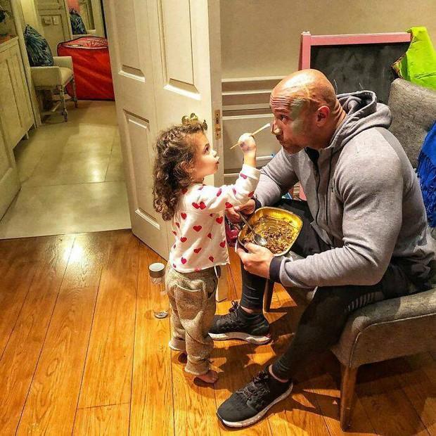 The Rock khủng bố nhất Hollywood hoá bố bỉm bánh bèo: Làm nail, tóc free, o ép body lực lưỡng để ngồi thưởng trà với con gái - Ảnh 10.