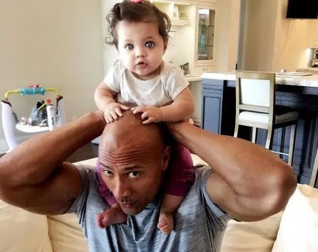The Rock khủng bố nhất Hollywood hoá bố bỉm bánh bèo: Làm nail, tóc free, o ép body lực lưỡng để ngồi thưởng trà với con gái - Ảnh 13.
