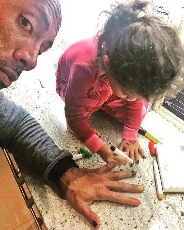 The Rock khủng bố nhất Hollywood hoá bố bỉm bánh bèo: Làm nail, tóc free, o ép body lực lưỡng để ngồi thưởng trà với con gái - Ảnh 9.