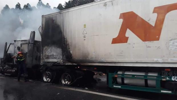 Xe đầu kéo bốc cháy trơ khung trên cao tốc Nội Bài - Lào Cai - Ảnh 3.