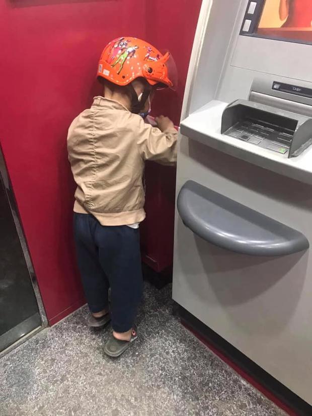 Con trai bỗng ngồi thụp xuống đất khi đi rút tiền, hành động sau đó được chấm 10 điểm tinh tế, khen cha mẹ nuôi dạy tốt quá - Ảnh 3.