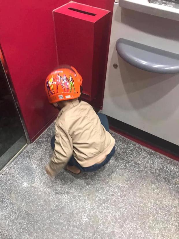 Con trai bỗng ngồi thụp xuống đất khi đi rút tiền, hành động sau đó được chấm 10 điểm tinh tế, khen cha mẹ nuôi dạy tốt quá - Ảnh 1.