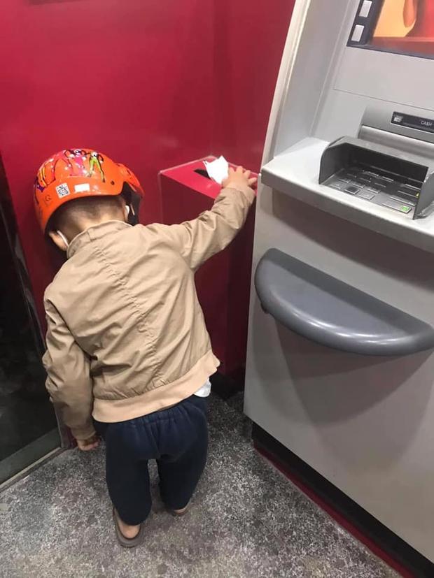 Con trai bỗng ngồi thụp xuống đất khi đi rút tiền, hành động sau đó được chấm 10 điểm tinh tế, khen cha mẹ nuôi dạy tốt quá - Ảnh 2.