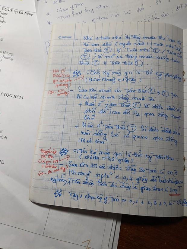 Mẹ từ chối làm hộ bài tập sắp kiểm tra, nhưng con gái vẫn rưng rưng khóc khi thấy 3 tờ giấy lạ trong điện thoại - Ảnh 1.