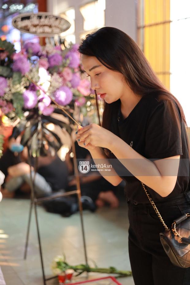 Dàn sao Vbiz tưởng niệm phù thuỷ make up Minh Lộc: Nhã Phương khóc nức nở, Minh Hằng - Lý Nhã Kỳ suy sụp tựa vào nhau - Ảnh 6.