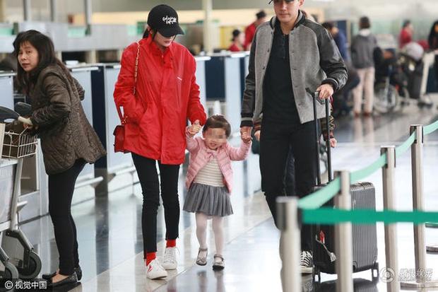 Sau khi bố mẹ ly hôn, con gái Dương Mịch nói 1 câu khiến Lưu Khải Uy bật khóc trên sóng truyền hình - Ảnh 2.