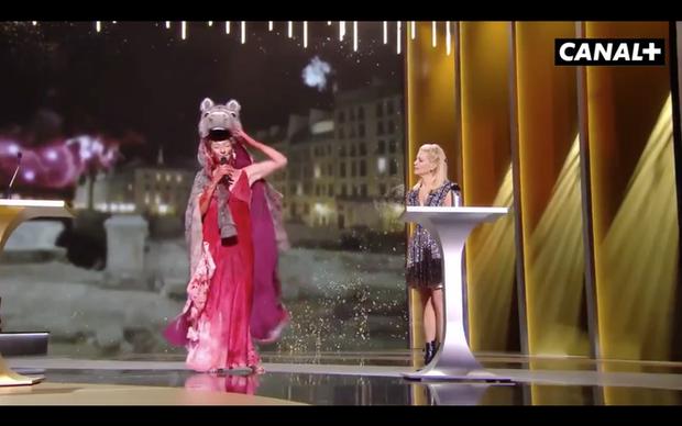 Nữ diễn viên Pháp khỏa thân trên sân khấu để phản đối lệnh hạn chế phòng COVID-19 - Ảnh 1.