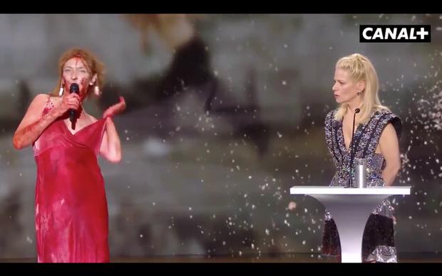 Nữ diễn viên Pháp khỏa thân trên sân khấu để phản đối lệnh hạn chế phòng COVID-19 - Ảnh 2.