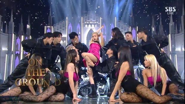 Rosé (BLACKPINK) rủ dàn dancer lau sàn tại sân khấu đầu tiên của On The Ground, tự nhốt mình trong chiếc lồng khổng lồ hát GONE - Ảnh 6.