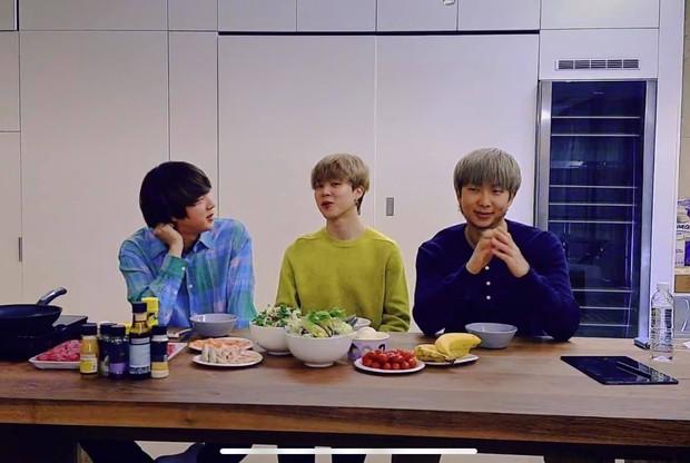Jin (BTS) suýt lên cơn đau tim khi vừa tắm xong, lý do đưa ra khiến ai cũng choáng! - Ảnh 3.