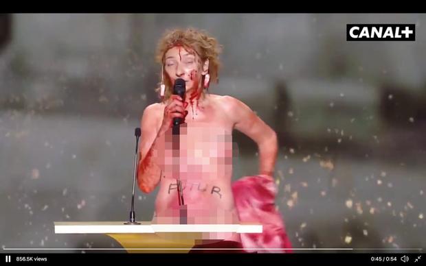 Nữ diễn viên Pháp khỏa thân trên sân khấu để phản đối lệnh hạn chế phòng COVID-19 - Ảnh 4.