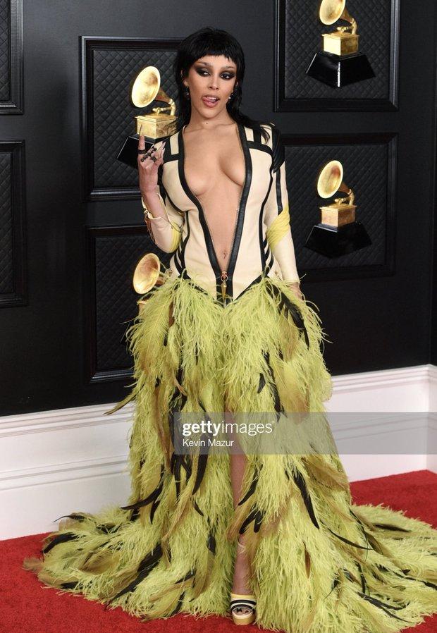 Siêu thảm đỏ Grammy: BTS điển trai xuất sắc, Taylor Swift sến rện chặt chém Doja Cat và em gái Miley hở bạo nhức mắt - Ảnh 5.