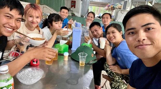 Trở lại doanh trại, Hậu Hoàng ngồi ăn cạnh Mũi trưởng Long, Khánh Vân tình tứ bên chú Ngạn pha ke - Ảnh 2.