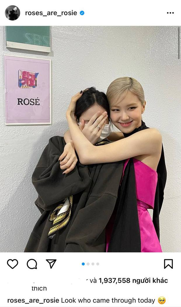 Nửa đêm, Rosé đăng ảnh nhân vật đặc biệt đến thăm hậu trường sân khấu debut, ôm ấp tặng hoa còn love u ngọt xớt! - Ảnh 1.