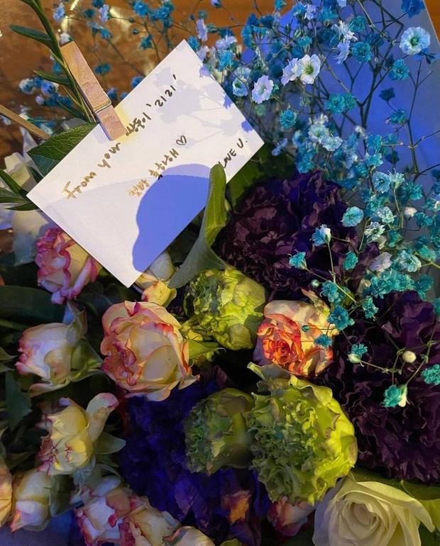Nửa đêm, Rosé đăng ảnh nhân vật đặc biệt đến thăm hậu trường sân khấu debut, ôm ấp tặng hoa còn love u ngọt xớt! - Ảnh 5.