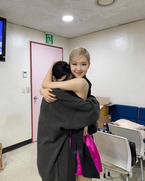 Nửa đêm, Rosé đăng ảnh nhân vật đặc biệt đến thăm hậu trường sân khấu debut, ôm ấp tặng hoa còn love u ngọt xớt! - Ảnh 4.