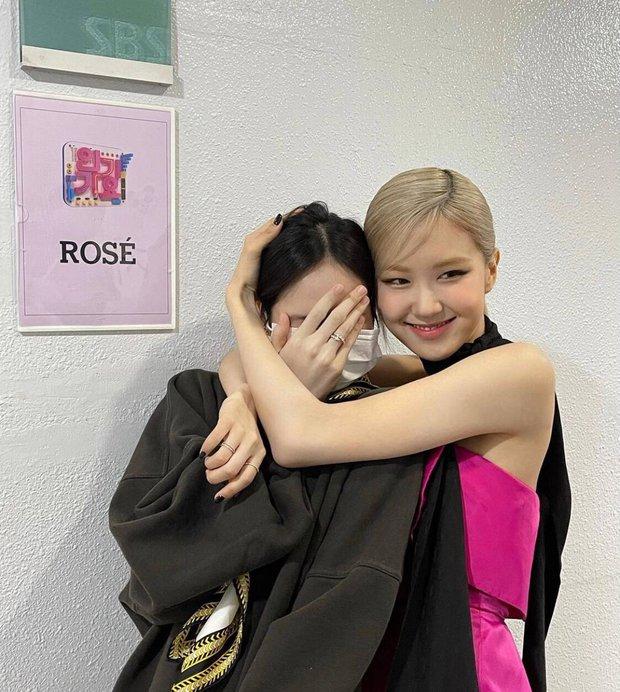 Nửa đêm, Rosé đăng ảnh nhân vật đặc biệt đến thăm hậu trường sân khấu debut, ôm ấp tặng hoa còn love u ngọt xớt! - Ảnh 2.