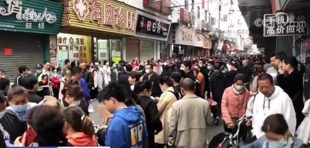 Chuyện ngược đời ở xưởng may thế giới Quảng Châu: Các boss xếp hàng dài chào mời mức lương cao, công nhân vẫn chẳng buồn quẹo lựa - Ảnh 7.