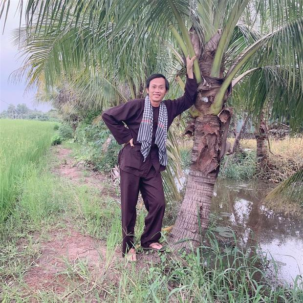 NS Hoài Linh dạo quanh vườn biệt thự 100 tỷ, kể chuyện cái cây được trả giá 7 tỷ không bán và cái kết ngã ngửa - Ảnh 6.