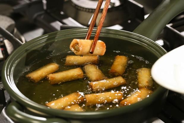 Những sai lầm chết người khi dùng dầu ăn mà hầu hết người Việt đều phạm phải, vô tình biến món ăn thành chất độc - Ảnh 1.