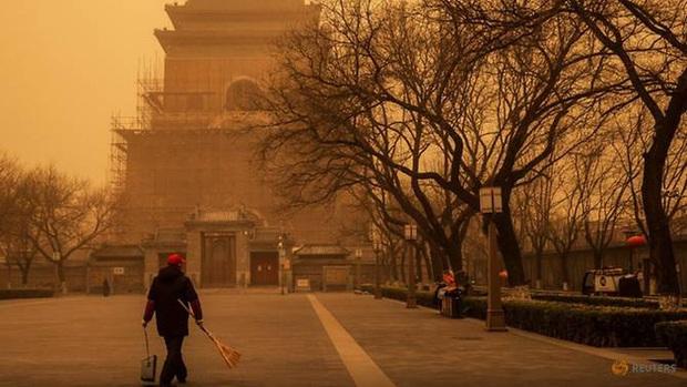 Cuồng phong mạnh nhất thập kỷ đổ bộ, cả Bắc Kinh chìm trong màu nâu nhạt - Ảnh 1.