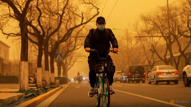 Cuồng phong mạnh nhất thập kỷ đổ bộ, cả Bắc Kinh chìm trong màu nâu nhạt - Ảnh 2.
