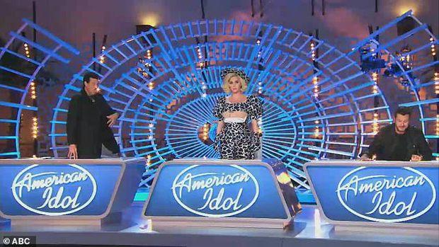 Katy Perry vạch áo lộ nội y cho con bú ngay giữa sóng trực tiếp American Idol, 2 sao nam sốc nặng quay đi - Ảnh 5.