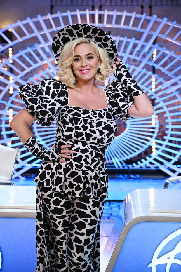 Katy Perry vạch áo lộ nội y cho con bú ngay giữa sóng trực tiếp American Idol, 2 sao nam sốc nặng quay đi - Ảnh 6.